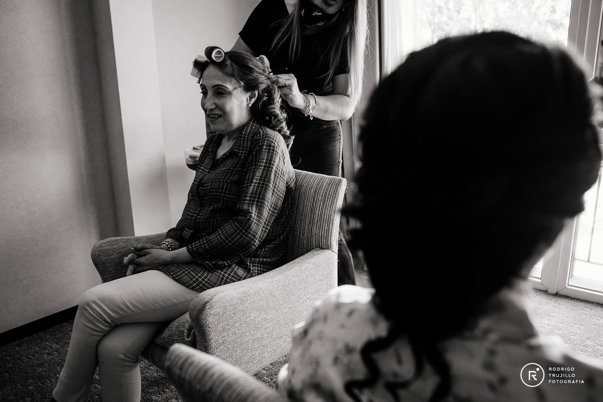 madre de la novia peinandose, estilisto, fotografia blanco y negro