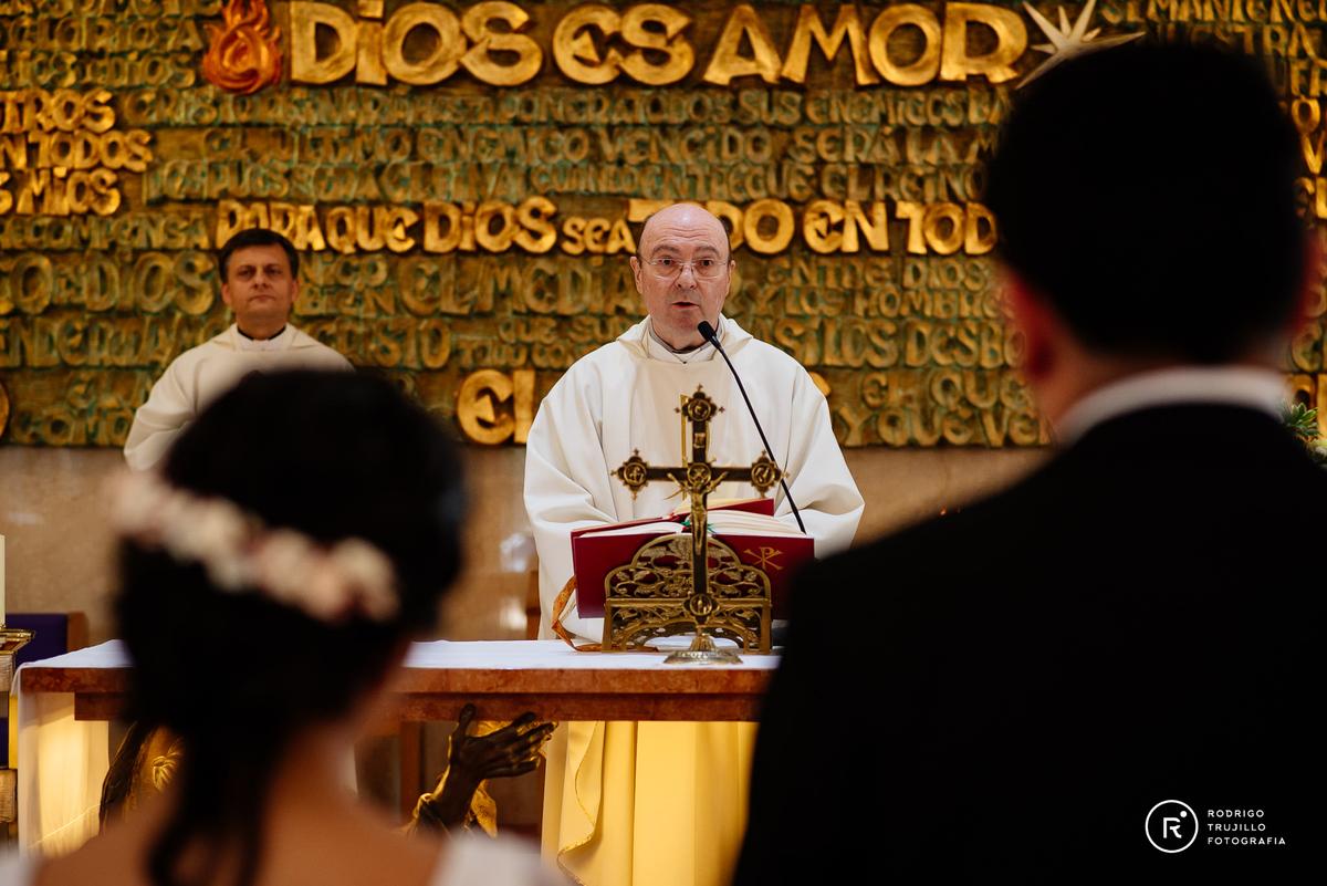 sacerdote de la iglesia cristo rey de fisherton, novios de espaldas, novios casandose, casamientos en rosario