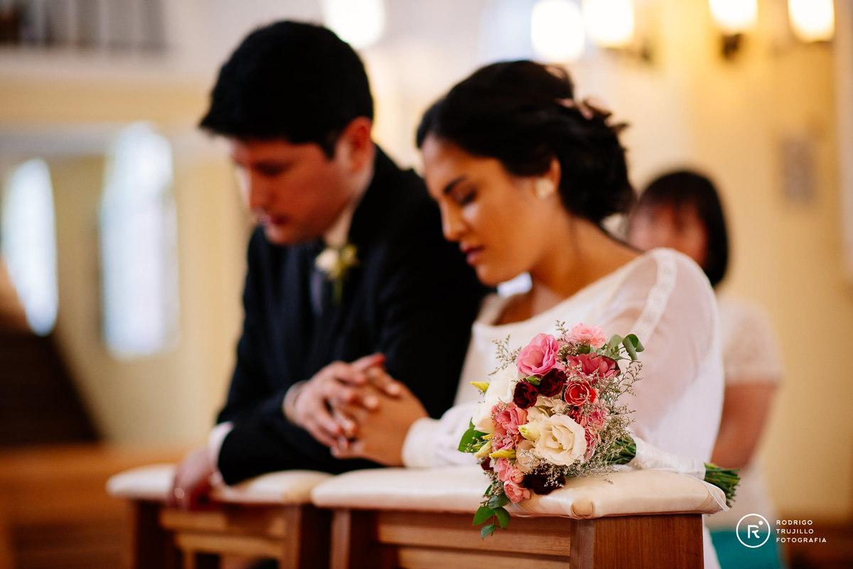 novios rezando, ramo de flores de la novia, miloniatocados