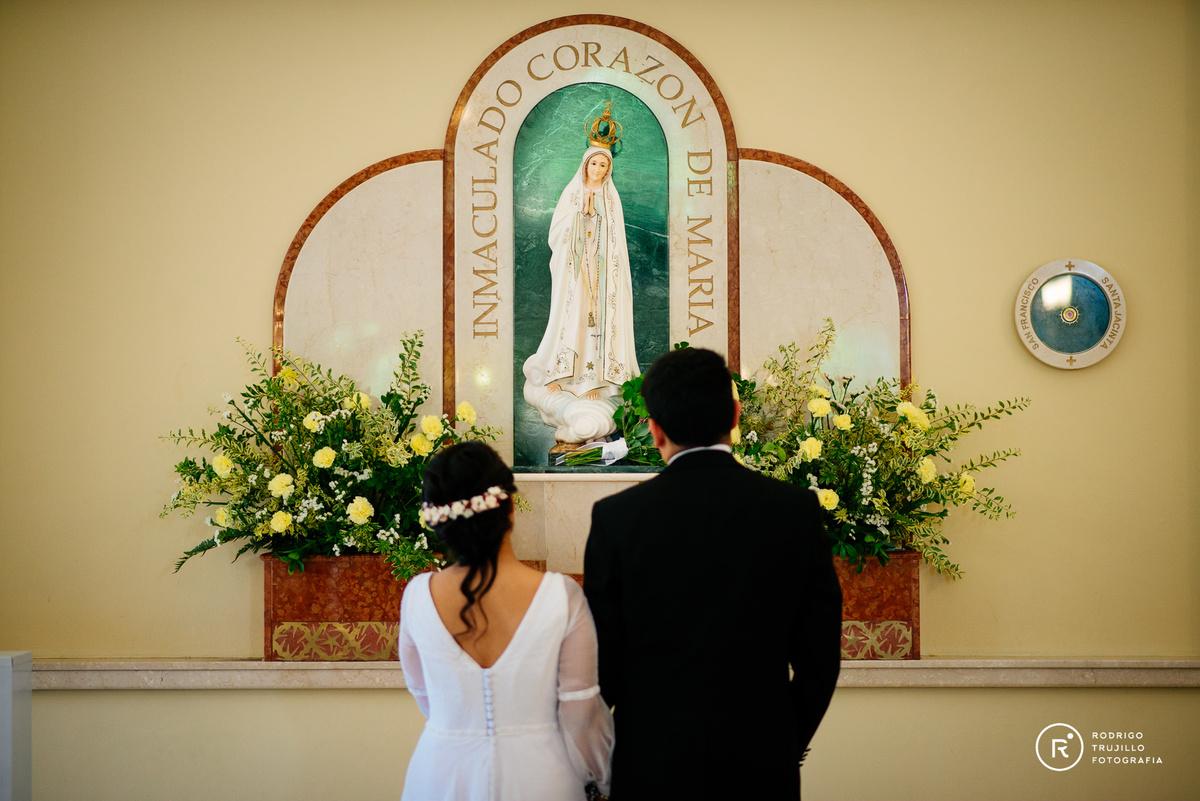 miloniatocados, vestidos de bowdika, rezo a la virgen maria, ofrenda a la virgen maria, iglesia cristo rey de fisherton