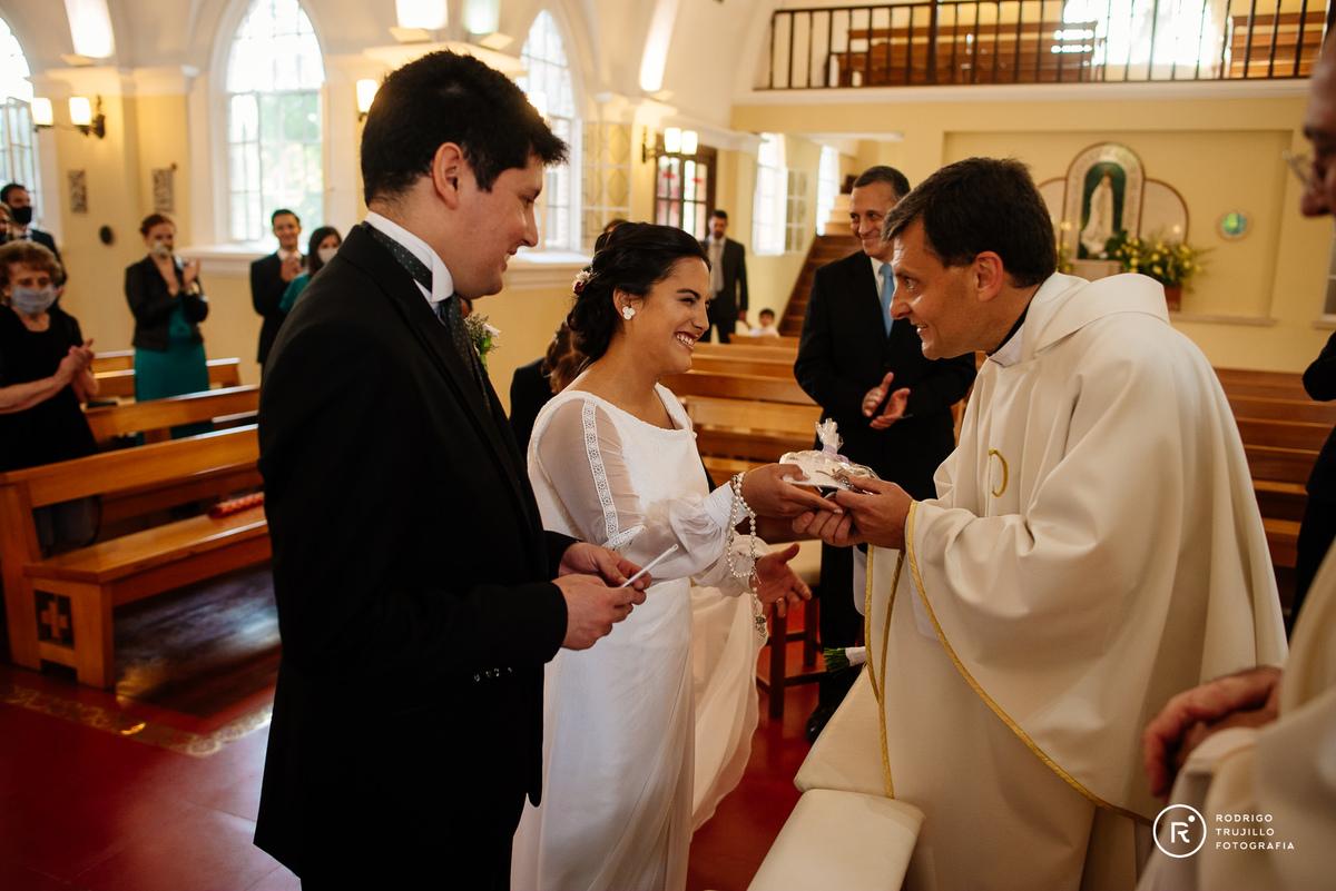 sacerdote felicitando a los novios, cura de la iglesia cristo rey de fisherton, novios felices, recien casados, si quiero