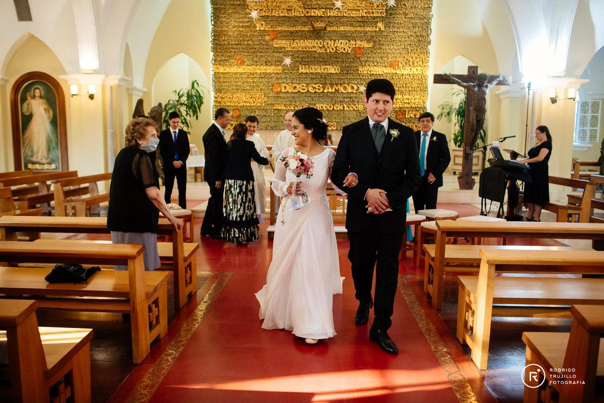 salida de la iglesia, fin de la boda, culminacion de la boda, salida de los novios, novia saludando a su abuela vestido bowdika