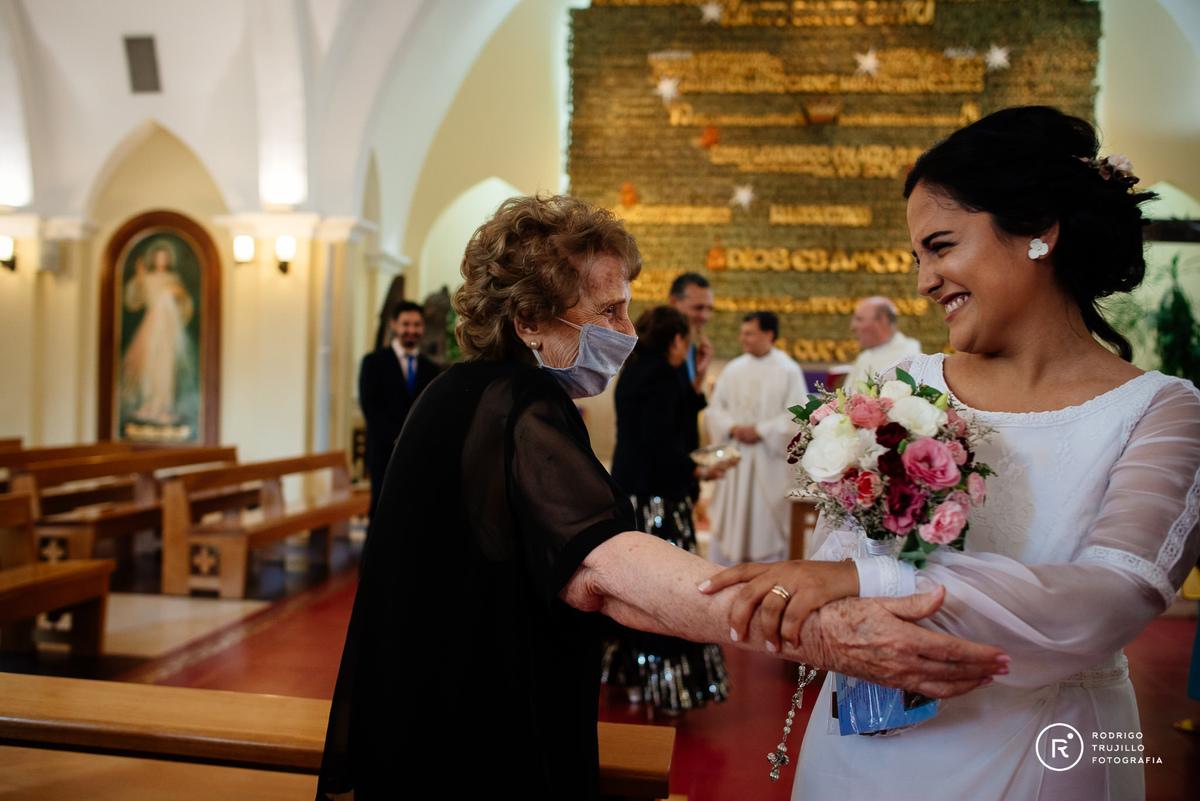 novia saludando a la abuela, momentos unicos de la boda, moemtnos emotivos de la ceremonia, novios casandose, vestido bowdika