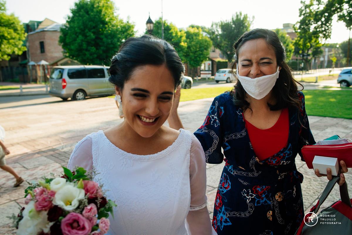 hermana de la novia feliz, novia con su hermana a la salida de la iglesia, salida de la iglesia, vestido bowdika, iglesia cristo rey de fisherton, bodas en rosario