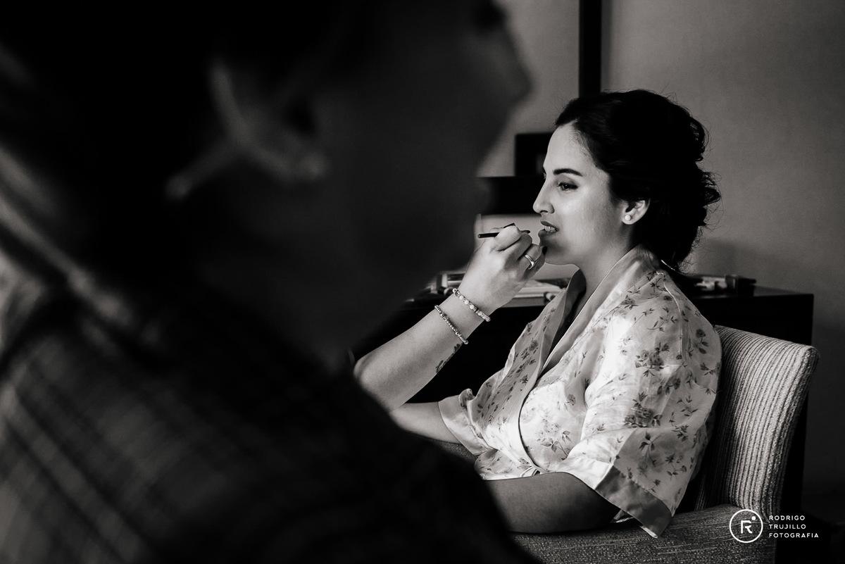getting ready de la novia, Howard Johnson Funes, rosario, santa fe, maquillaje de la novia en hotel, fotografia blanco y negro,