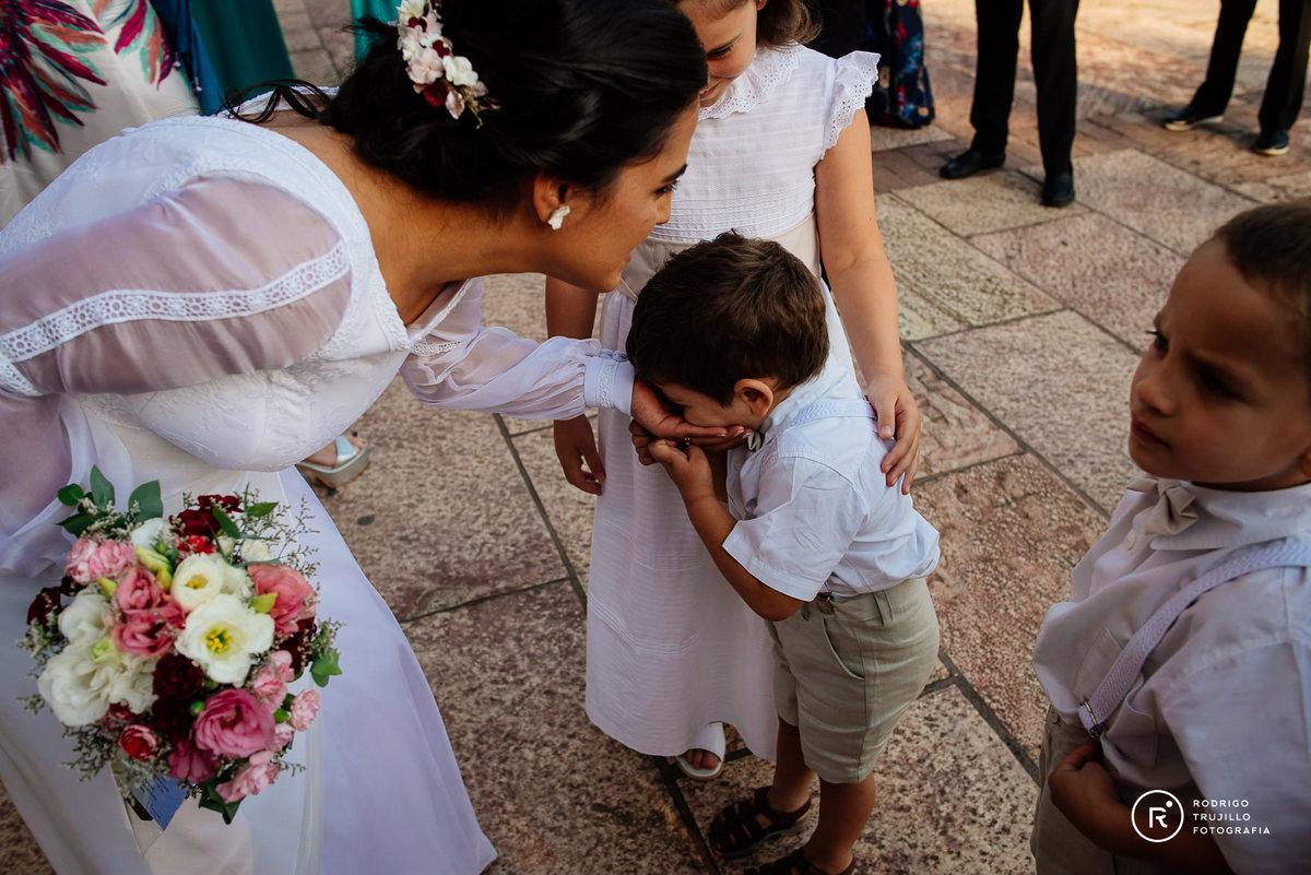sobrino saludando a la su tia, sobrino saludando a la novia, novia con su sobrino a la salida de la iglesia