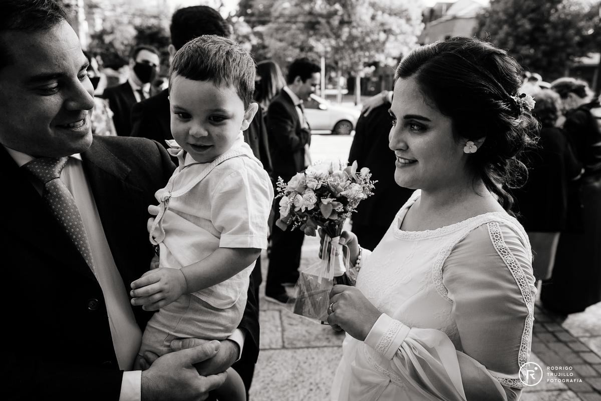 novia saludando a su sobrino, niño en brazos, saludos a la salida de la ceremonia religiosa