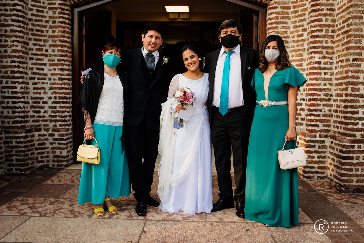 foto familiar de del novio, fotografia color del novio con su familia, fotograia familiar