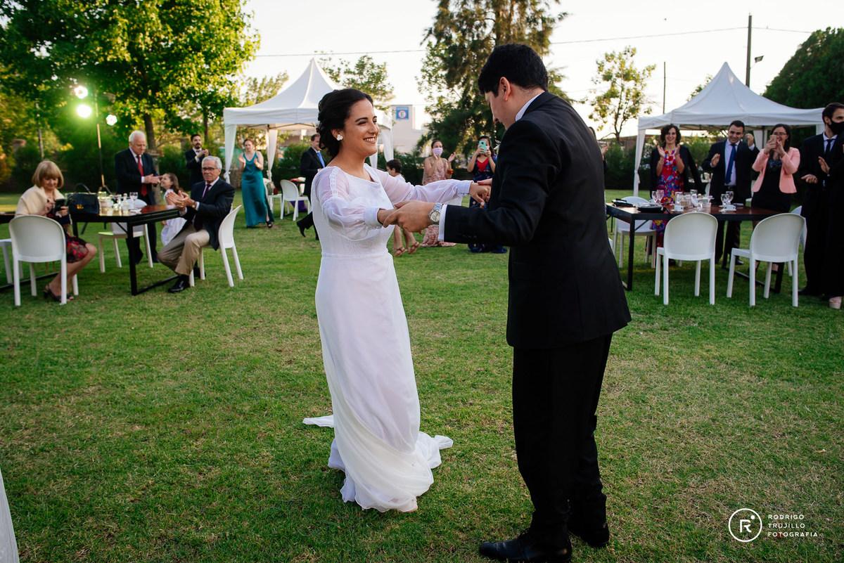 novios bailando el primer baile, novios felices, sara eventos, vestido bowdika