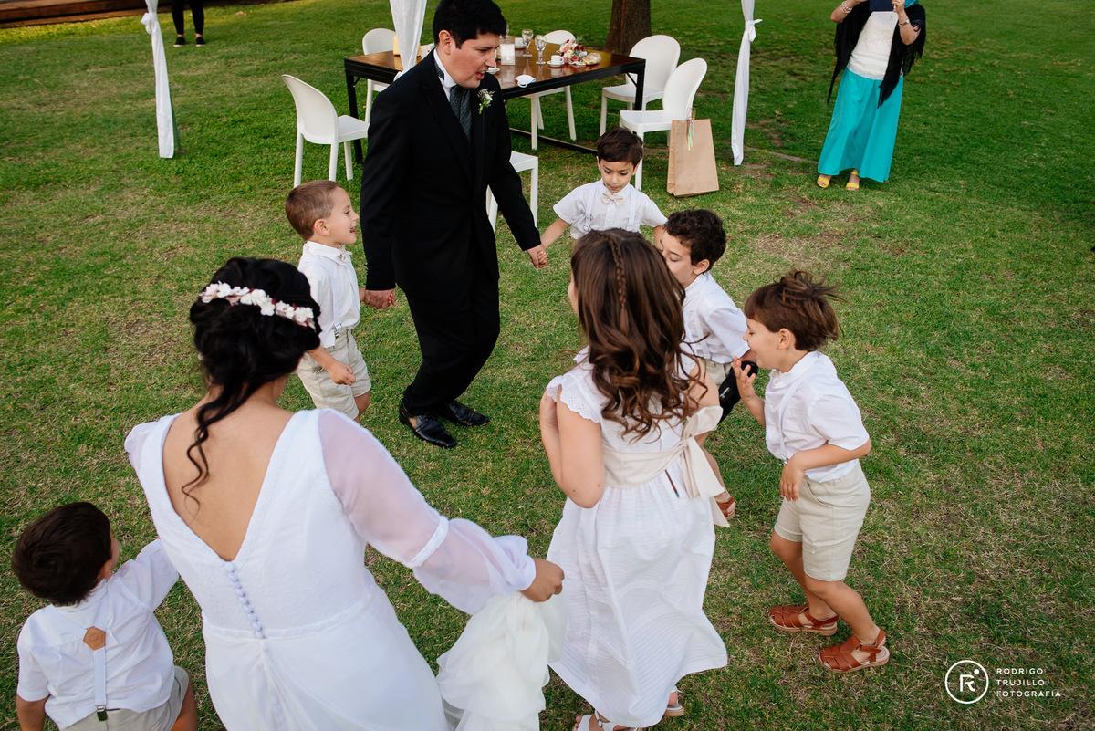 novios con sobrinos bailando, cortejo de la iglesia bailando con los novios, salon de eventos sara, sara eventos rosario fisherton