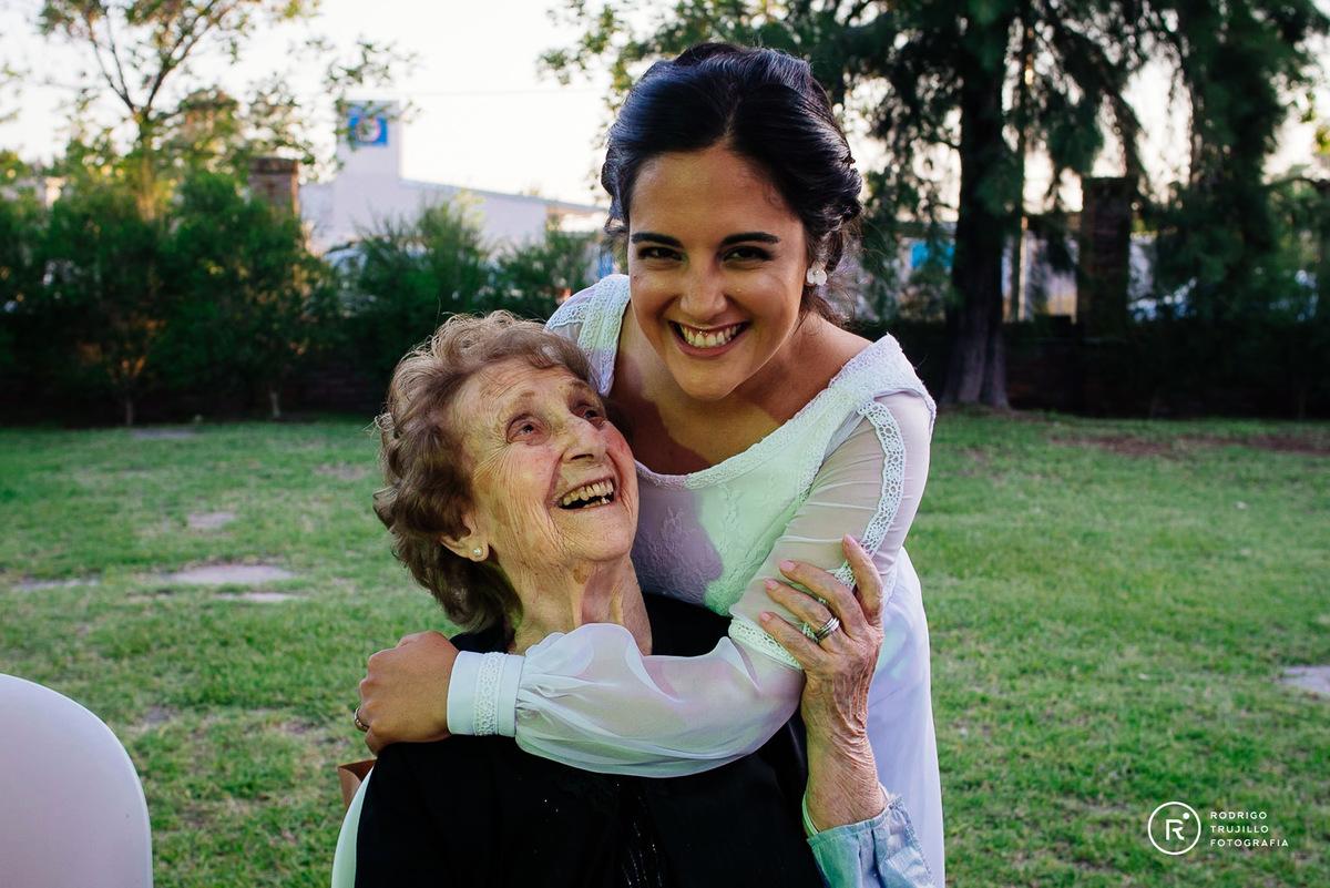 abuela con la novia, momentos emotivos de la boda, sonrisas de la novia con su abuela, momentos de risas entre la abuela y la novia