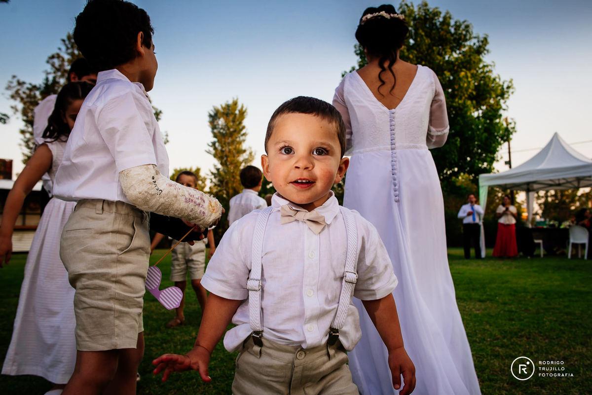 sobrino de la novia mirando a camara, vestido bowdika, sunset de verano, salon sara eventos