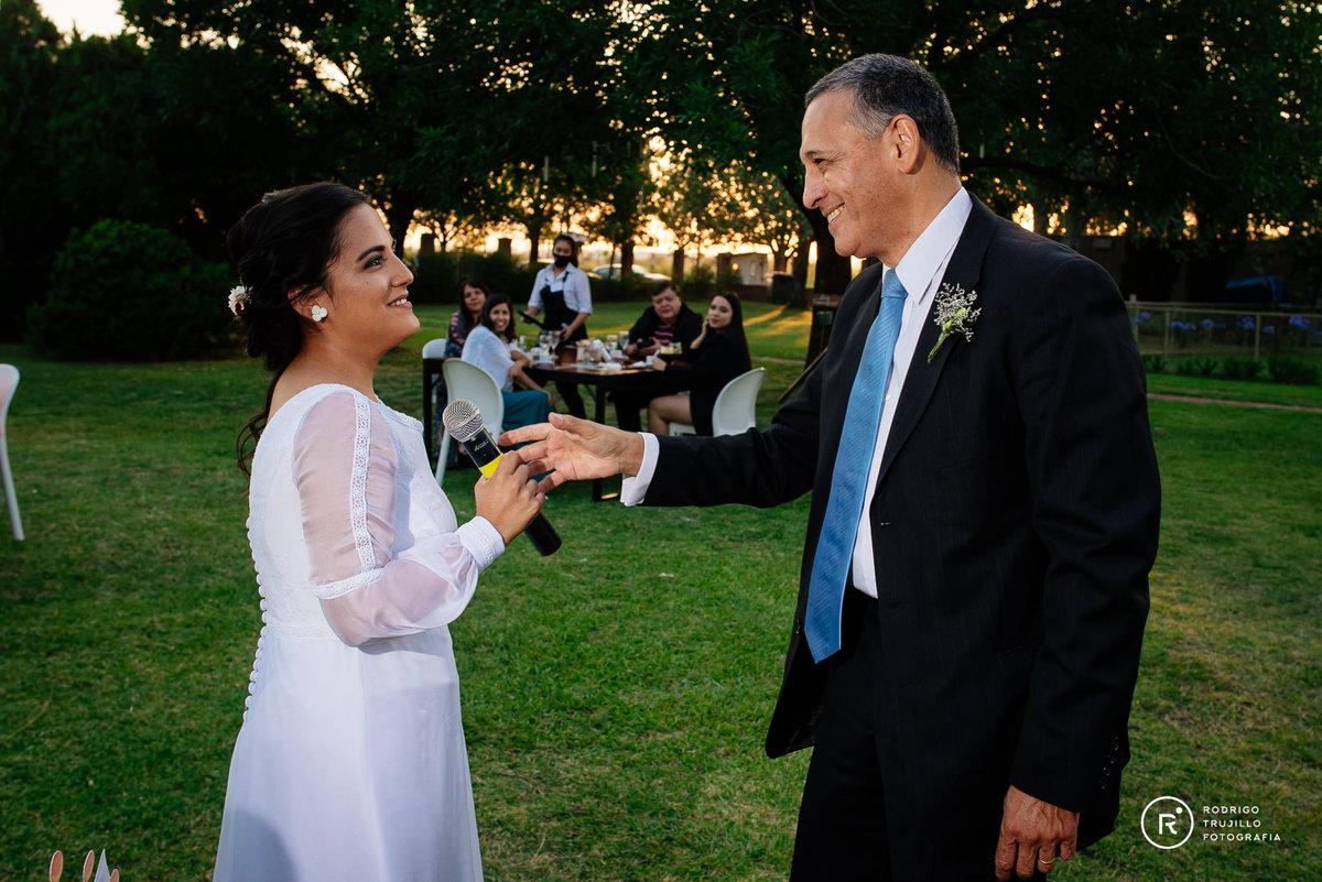 novia con su padre, padre de la novia, miradas entre la novia su padre
