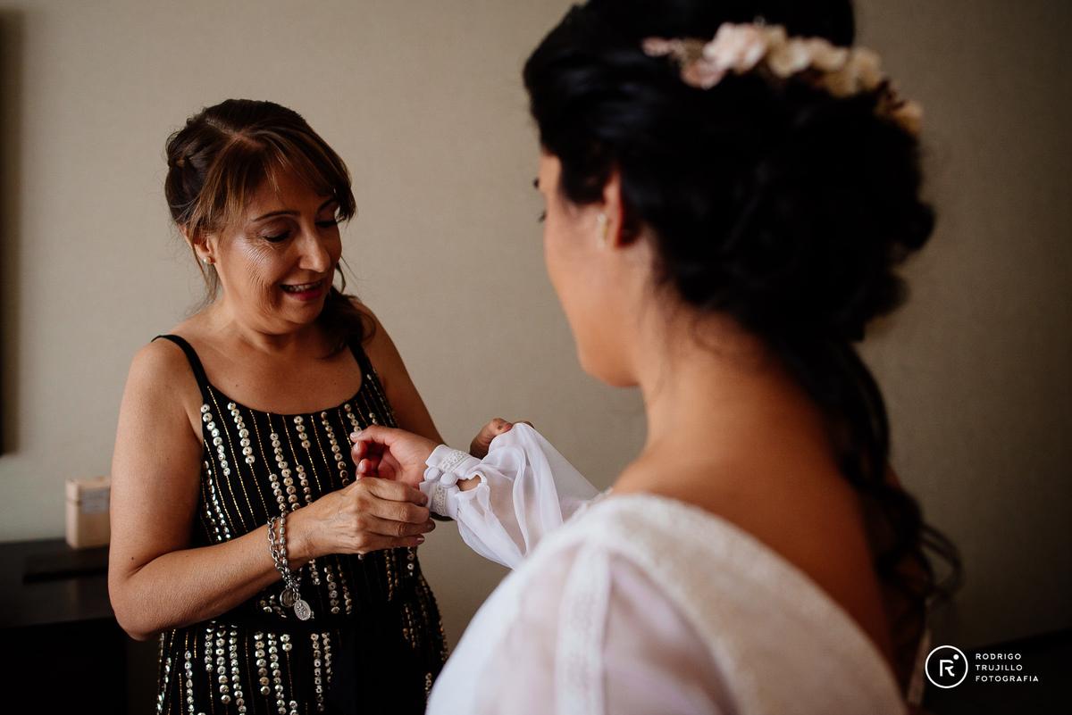 vestido bowdika, Howard Johnson Funes, madre ayudando a la novia a cambiarse, momentos antes de la iglesia, miloniatocados