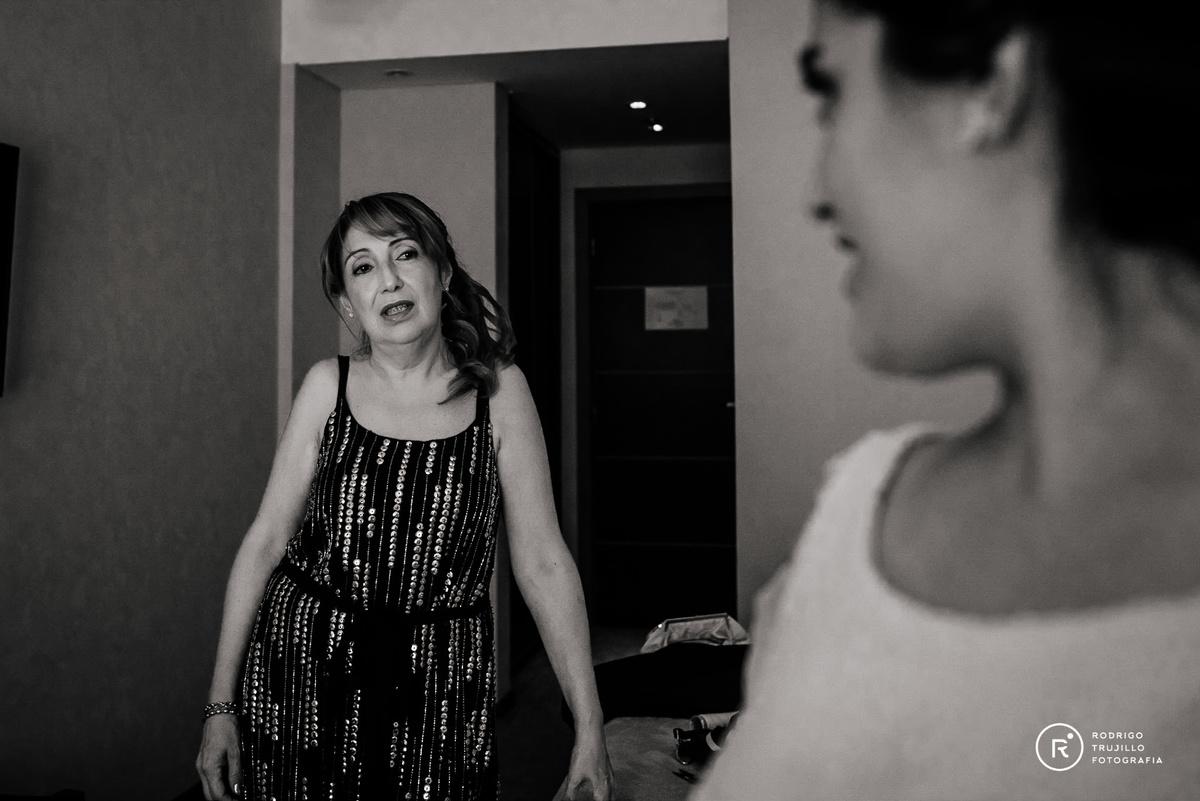 madre de la novia, fotografia en blanco y negro, miradas entre novia y la madre, momentos emotivos en los preparativos