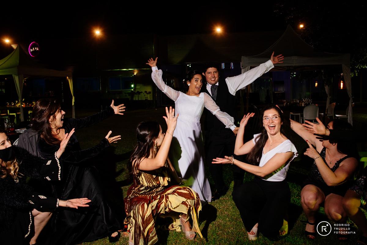 baile de los novios con amigos