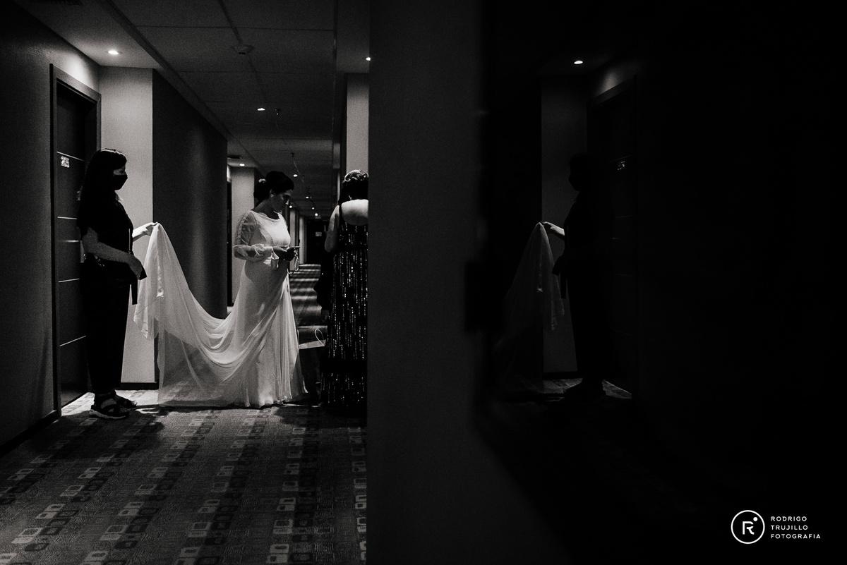 salida de la novia en el hotel, cola del vestido de novia, vestido bowdika, Howard Johnson Funes