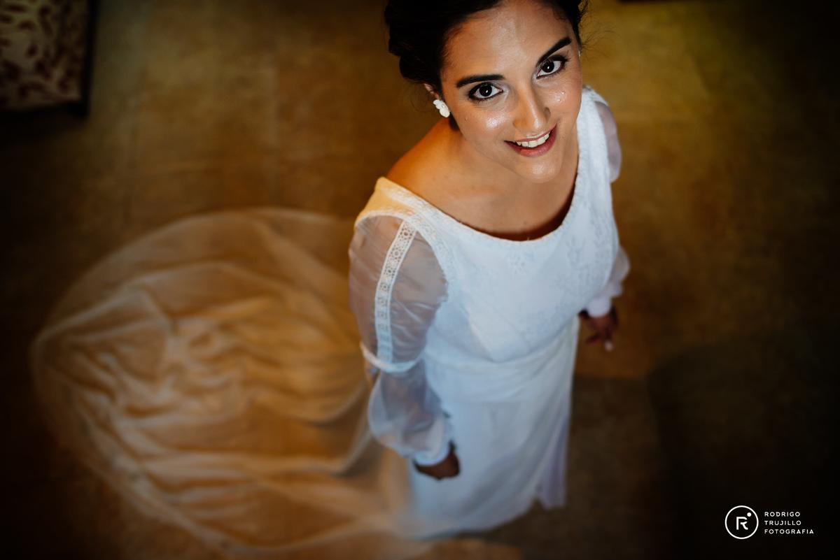 vestido bowdika, Howard Johnson Funes, novia posando para rodrigo trujillo fotografia, trujillofotografo.com, miloniatocados