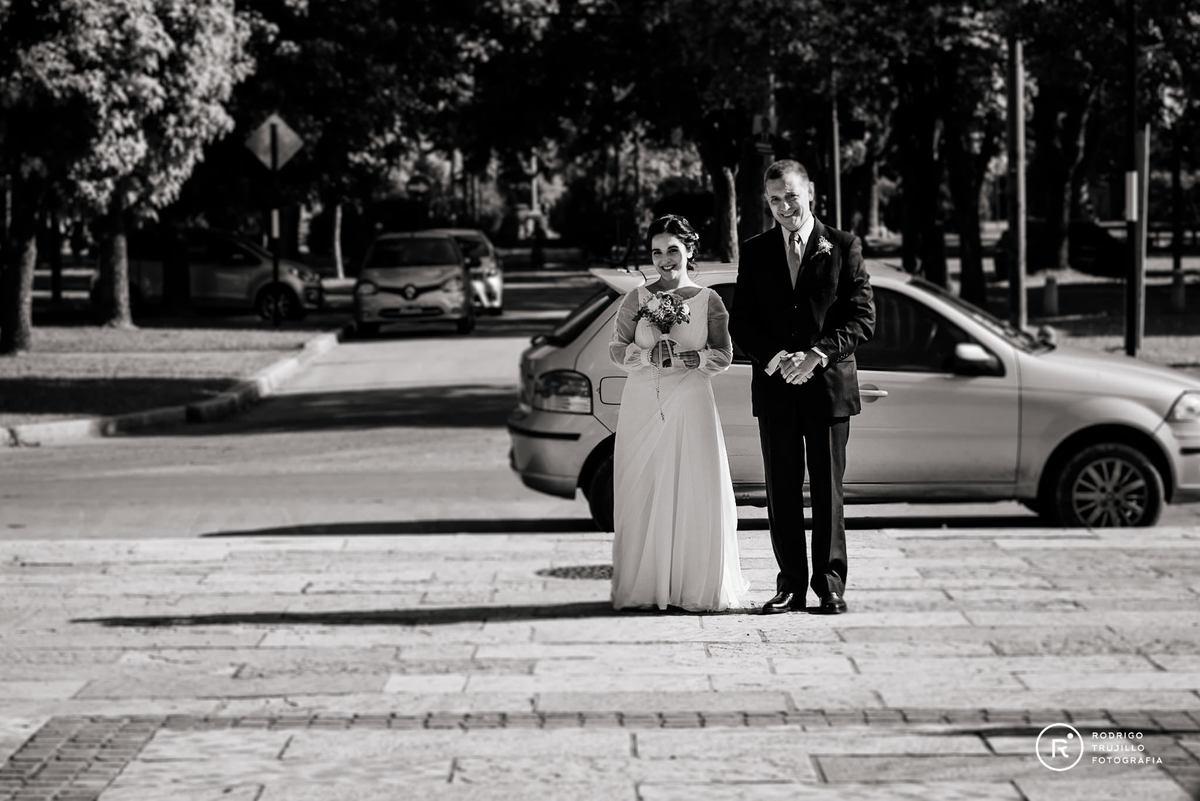entrada de la novia, iglesia cristo rey fisherton, fotografia blanco y negro, vestido bowdika