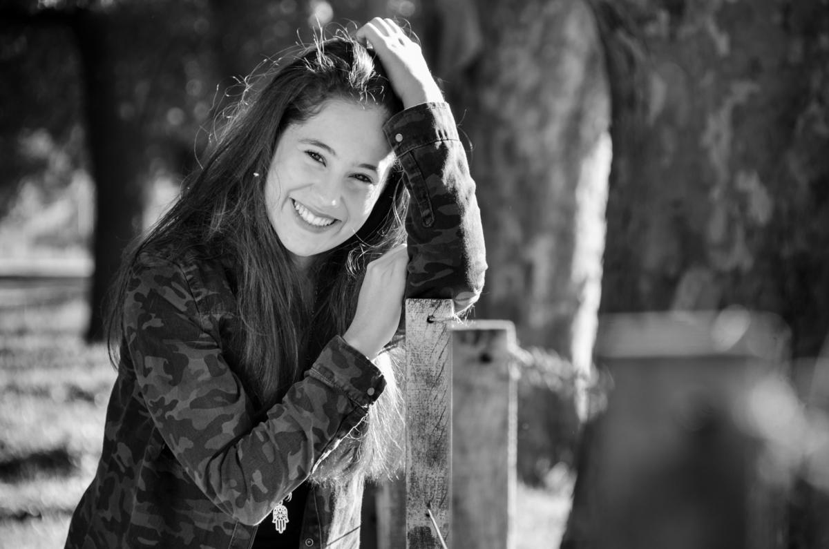 Quinceanera-sonriendo-feliz-blanco-y-negro