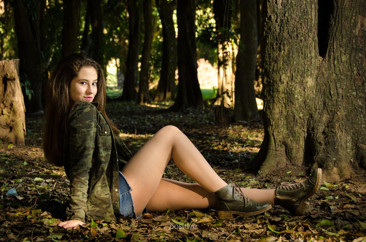 joven-sentada-en-bosque