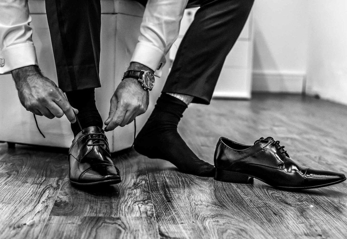 fotografia de casamento na Igreja Bom Pastor Alphaville, fotografia de casamento em alphaville. noivo calçando o sapato