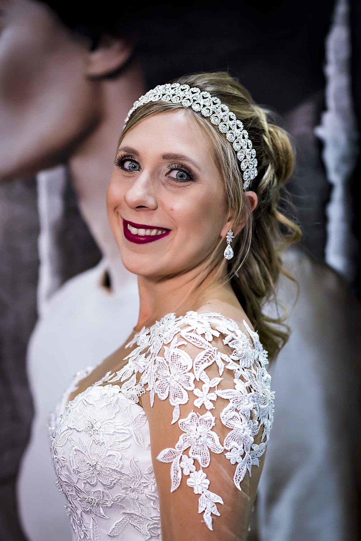 fotografia de casamento na Igreja Bom Pastor Alphaville, fotografia de casamento em alphaville. noiva com o brinco colocado