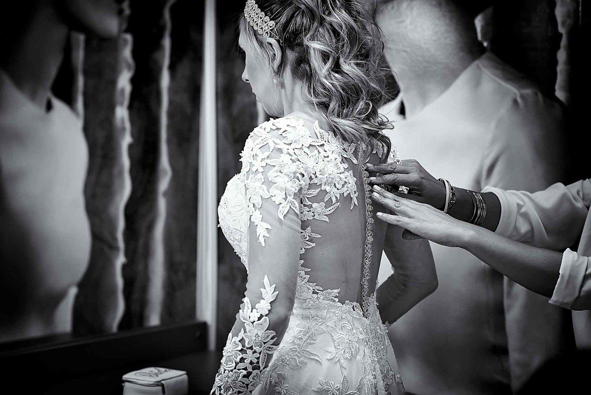 fotografia de casamento na Igreja Bom Pastor Alphaville, fotografia de casamento em alphaville. abotoando o vestido da noiva