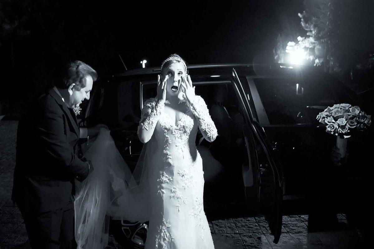 fotografia de casamento na Igreja Bom Pastor Alphaville, fotografia de casamento em alphaville. noiva chorando na entrada da igreja