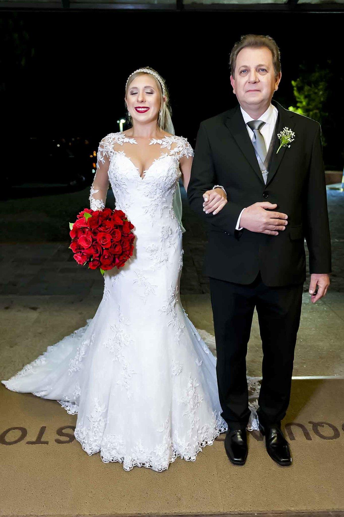 fotografia de casamento na Igreja Bom Pastor Alphaville, fotografia de casamento em alphaville. noiva prearando para entrar com o pai
