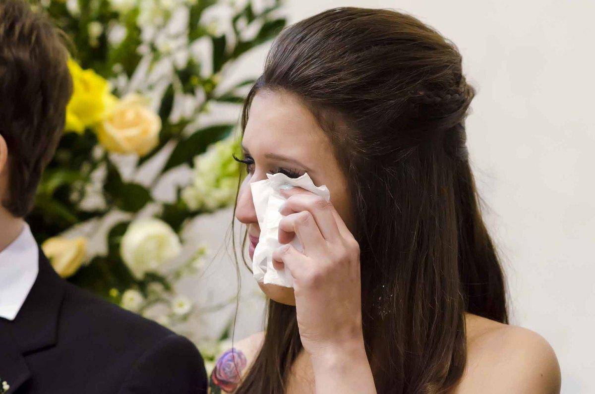 fotografia de casamento na Igreja Bom Pastor Alphaville, fotografia de casamento em alphaville. madrinha chorando no altar