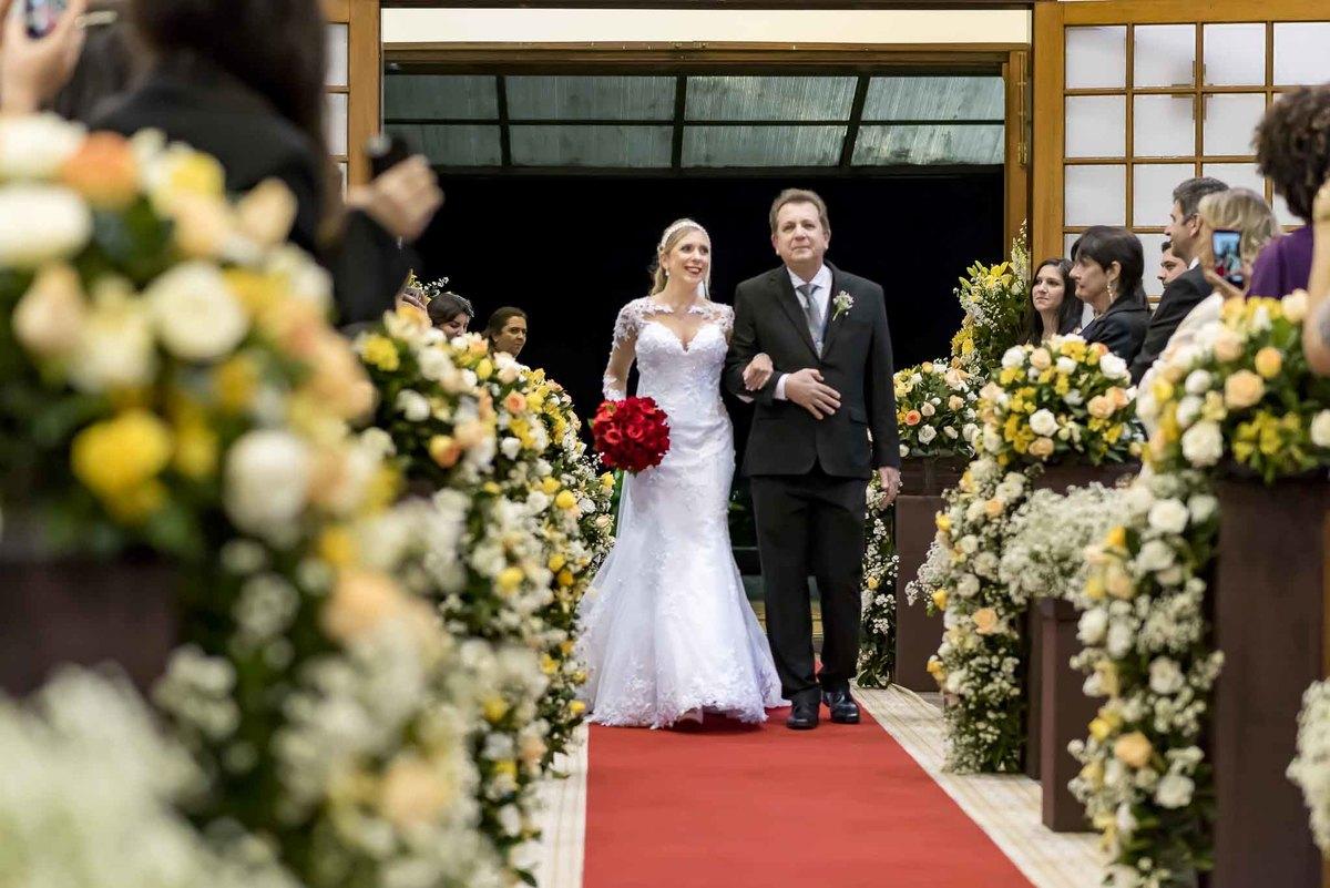 fotografia de casamento na Igreja Bom Pastor Alphaville, fotografia de casamento em alphaville. noiva entrando na igreja com o pai