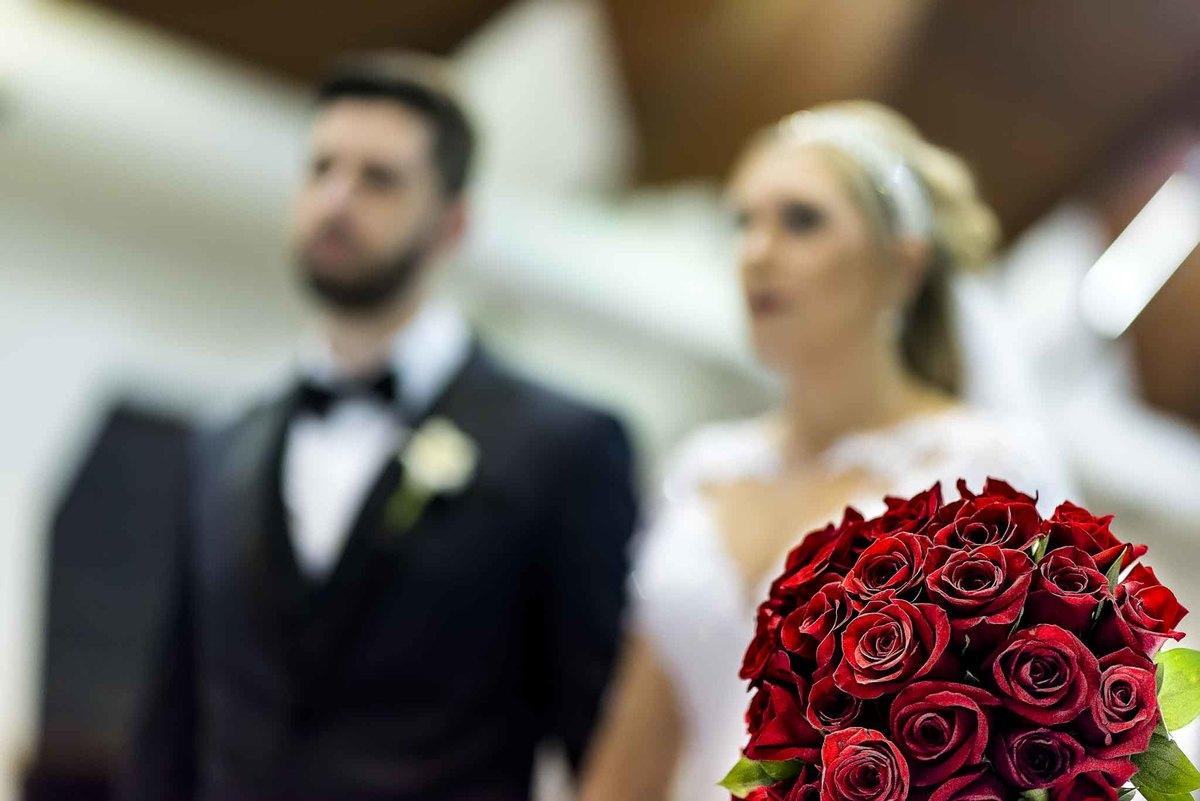fotografia de casamento na Igreja Bom Pastor Alphaville, fotografia de casamento em alphaville. buquê da noiva no altar