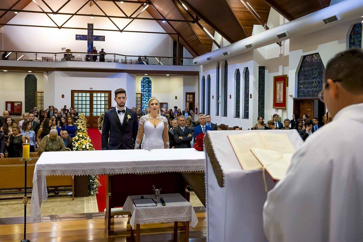 fotografia de casamento na Igreja Bom Pastor Alphaville, fotografia de casamento em alphaville. padre casando noivo na igreja