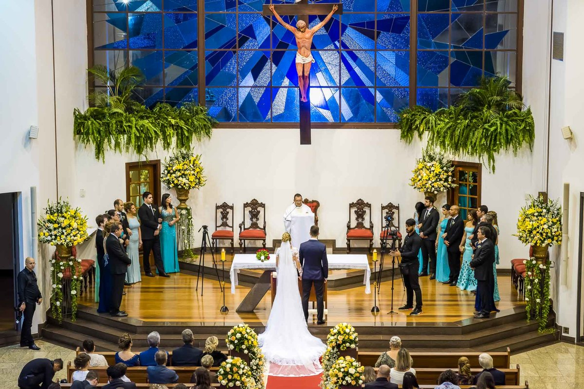 fotografia de casamento na Igreja Bom Pastor Alphaville, fotografia de casamento em alphaville. noivos no altar vista geral