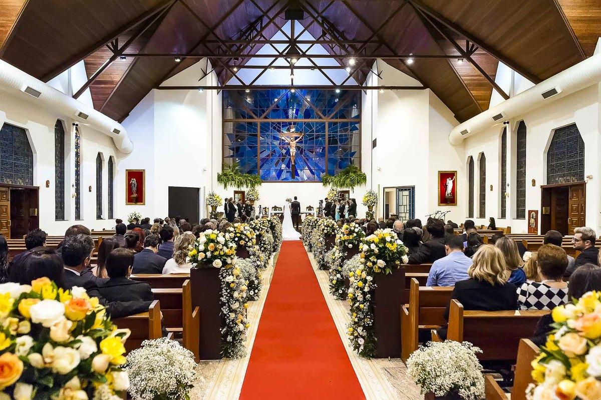 fotografia de casamento na Igreja Bom Pastor Alphaville, fotografia de casamento em alphaville. noivos no altar vista ampla