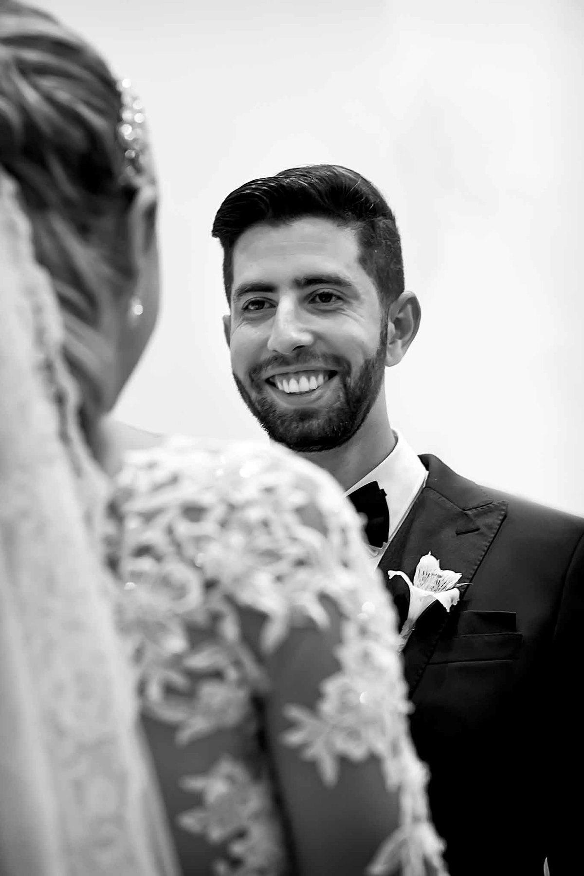 fotografia de casamento na Igreja Bom Pastor Alphaville, fotografia de casamento em alphaville. noivo feliz olhando para noiva