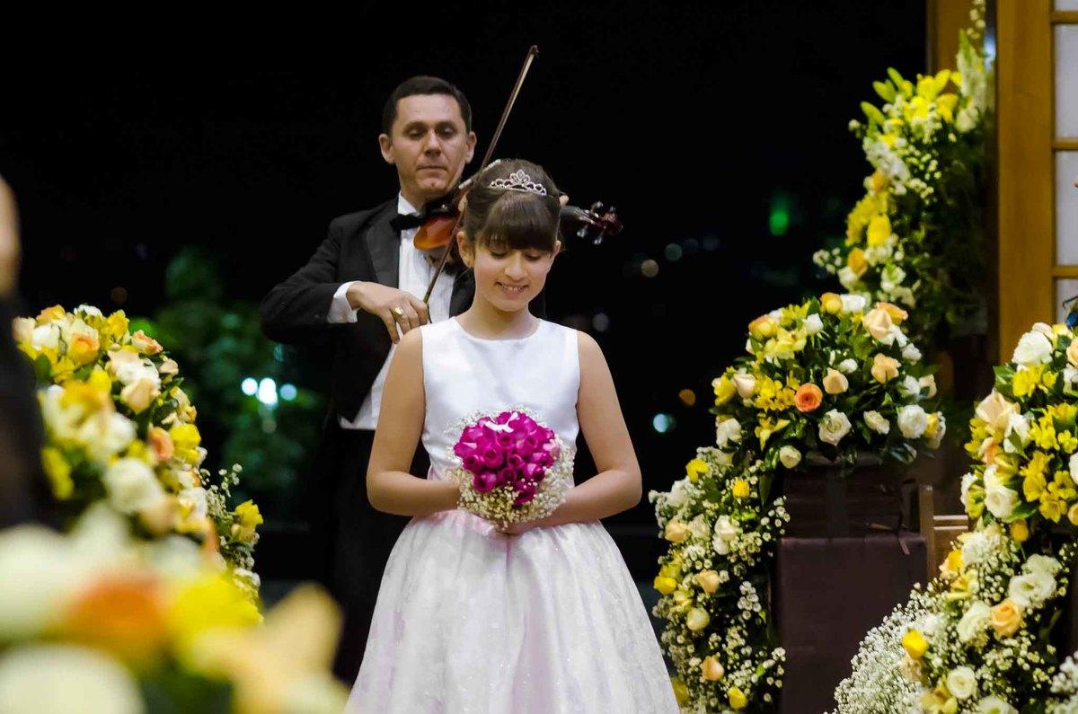 fotografia de casamento na Igreja Bom Pastor Alphaville, fotografia de casamento em alphaville. dama de honra entrando na igreja com alianças