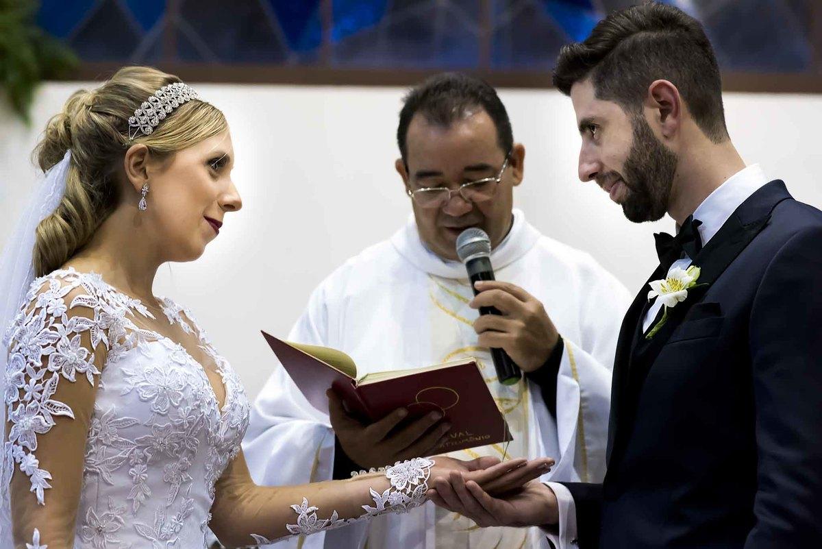 fotografia de casamento na Igreja Bom Pastor Alphaville, fotografia de casamento em alphaville. padre benzendo as alianças