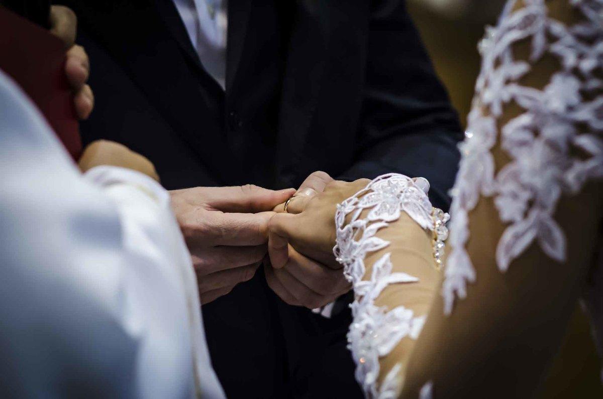 fotografia de casamento na Igreja Bom Pastor Alphaville, fotografia de casamento em alphaville. noivo colocando aliança no dedo da noiva