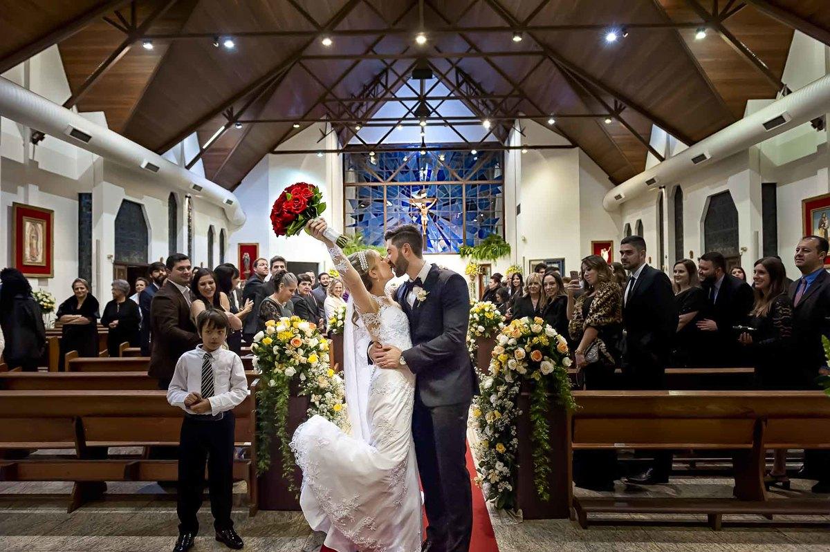 fotografia de casamento na Igreja Bom Pastor Alphaville, fotografia de casamento em alphaville. noivos beijando na igreja