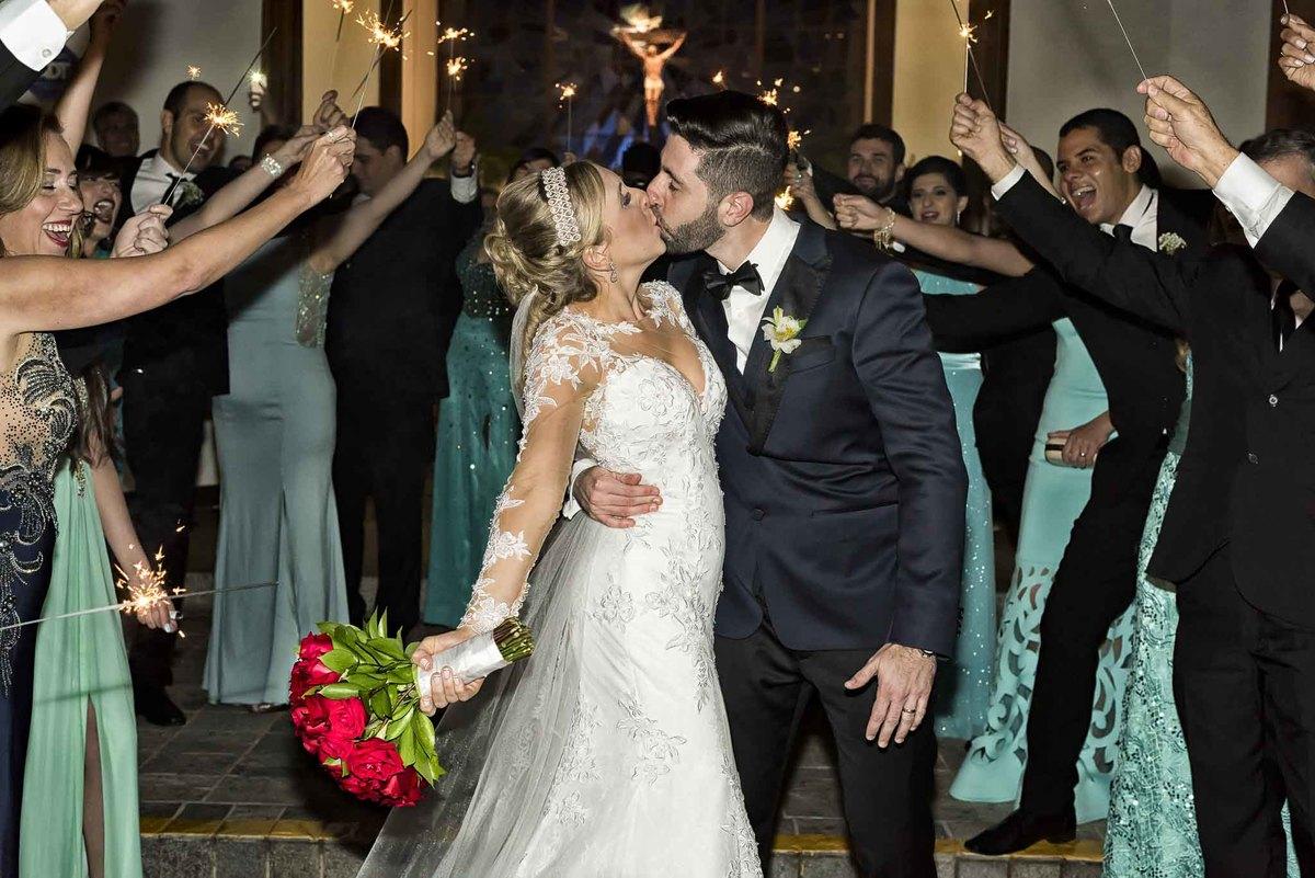 fotografia de casamento na Igreja Bom Pastor Alphaville, fotografia de casamento em alphaville. beijo dos noivos na saída dos noivos na igreja