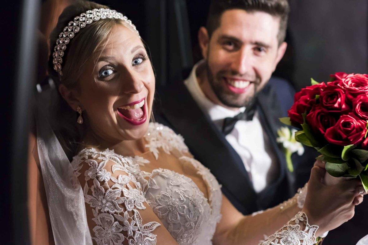 fotografia de casamento na Igreja Bom Pastor Alphaville, fotografia de casamento em alphaville. noivos no carro