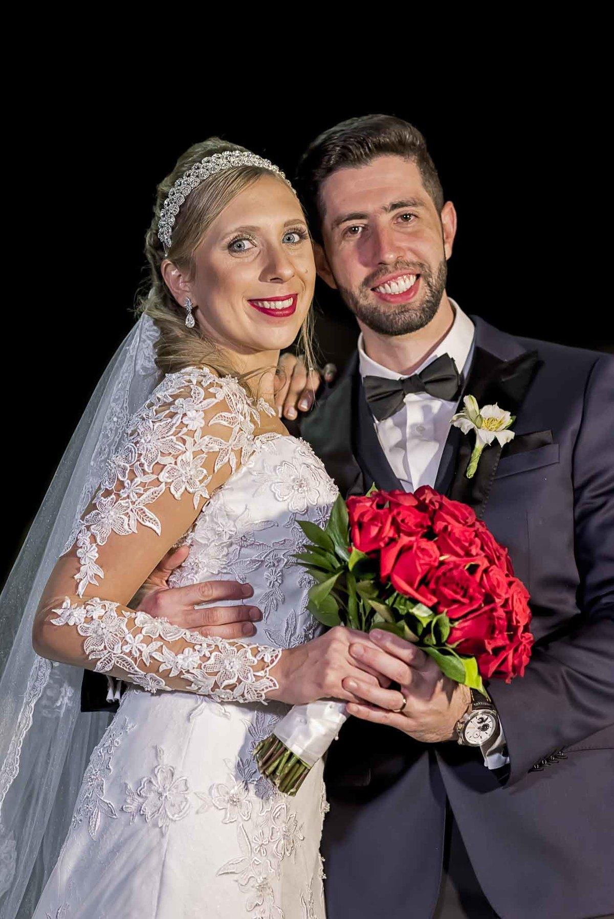 fotografia de casamento na Igreja Bom Pastor Alphaville, fotografia de casamento em alphaville. noivos com o buquê