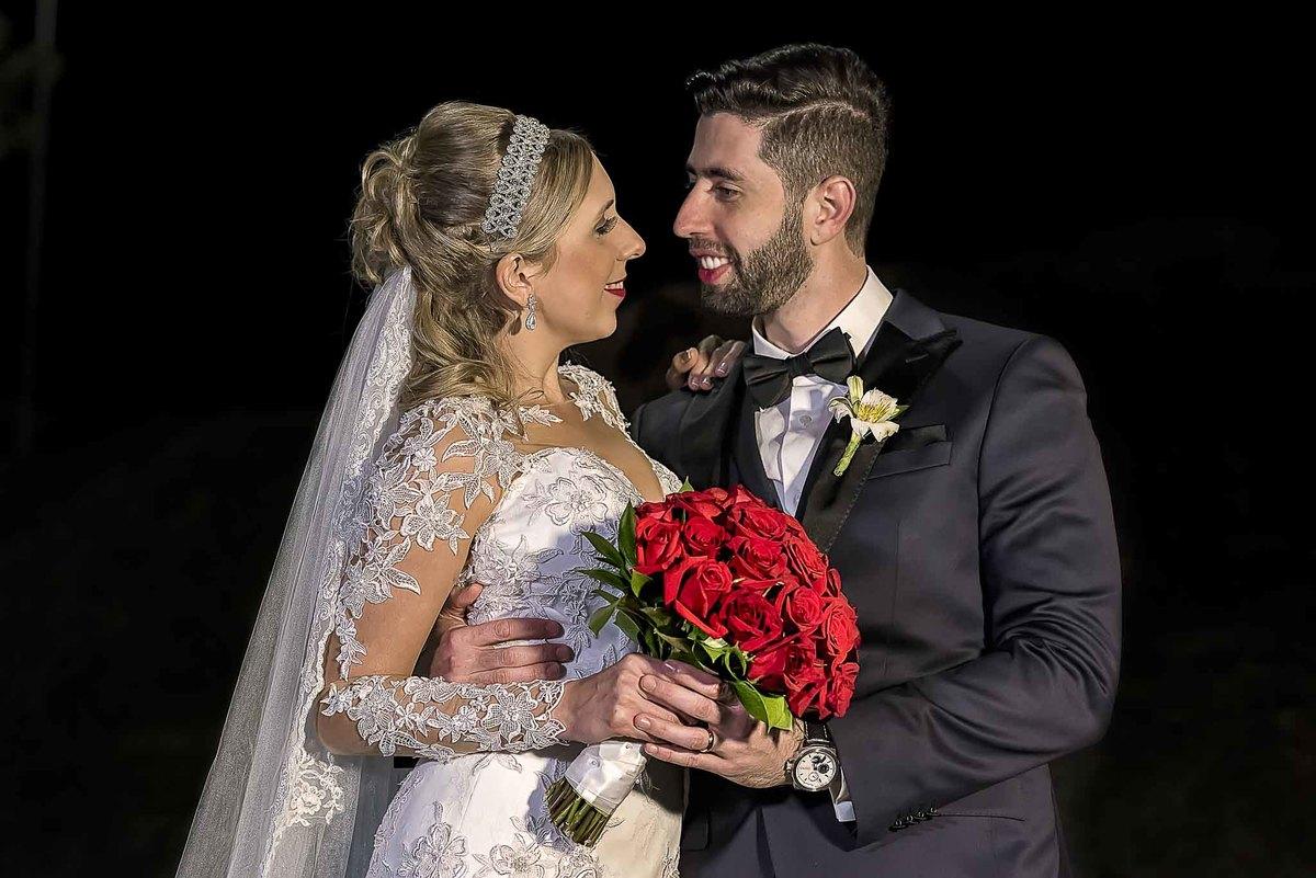 fotografia de casamento na Igreja Bom Pastor Alphaville, fotografia de casamento em alphaville. noivos se olhando com o buquê