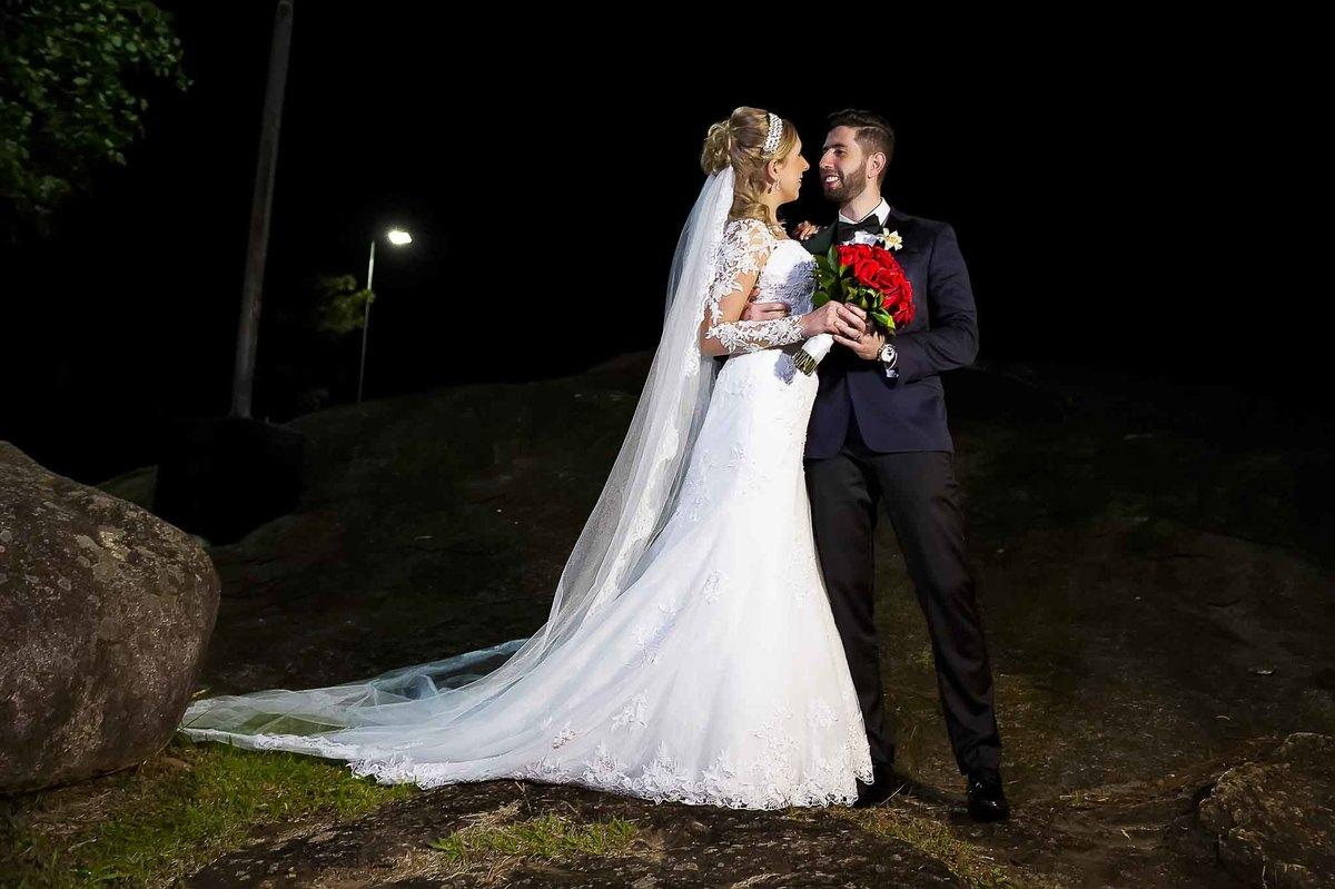 fotografia de casamento na Igreja Bom Pastor Alphaville, fotografia de casamento em alphaville. noivos posando se olhando
