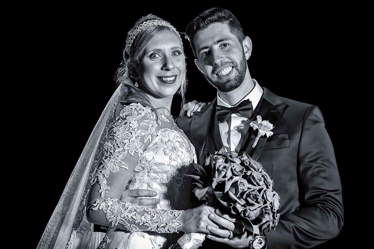 fotografia de casamento na Igreja Bom Pastor Alphaville, fotografia de casamento em alphaville. noivos posando com o buquê