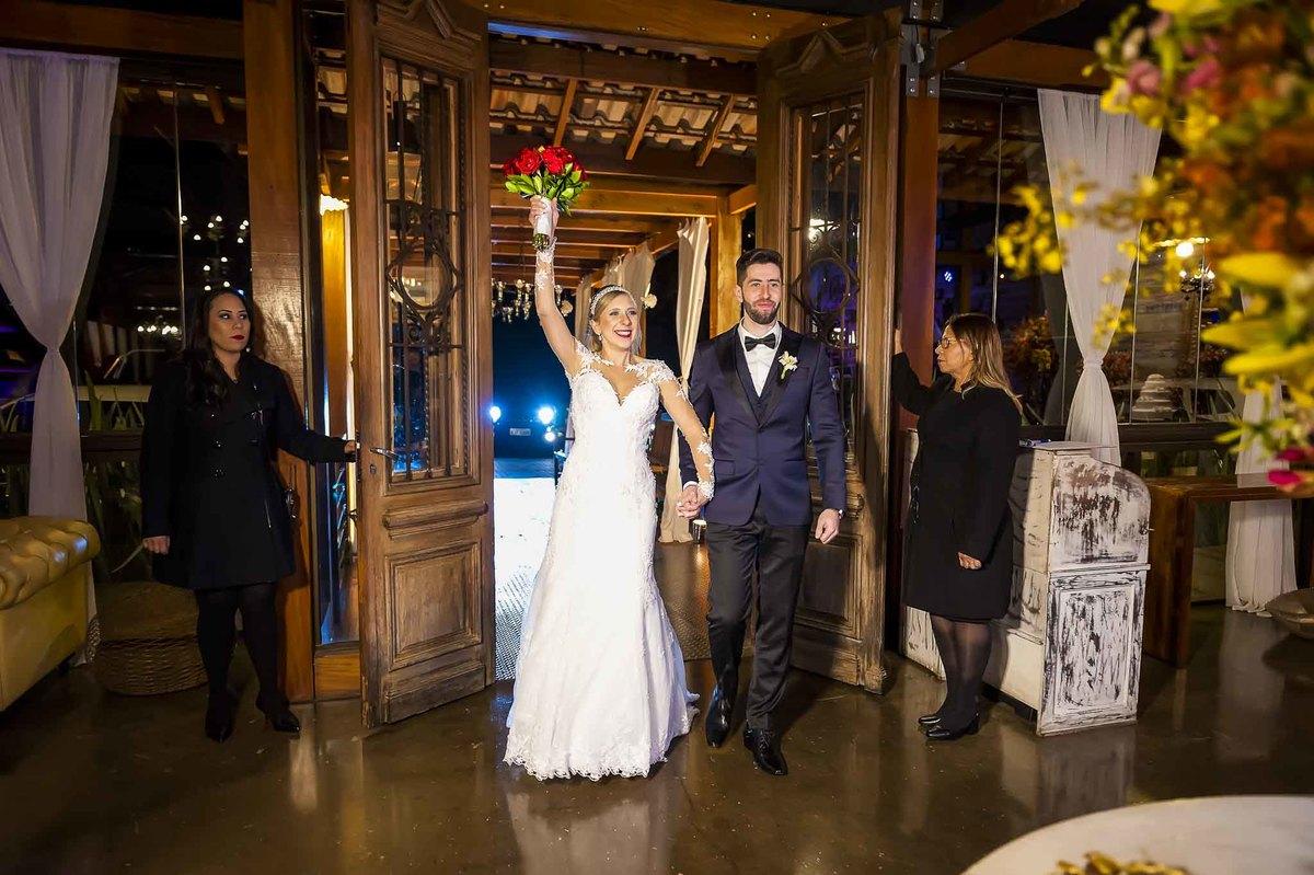 fotografia de casamento no armazém 465 Alphaville, fotografia de casamento em alphaville. noivos entrando no local da recepção