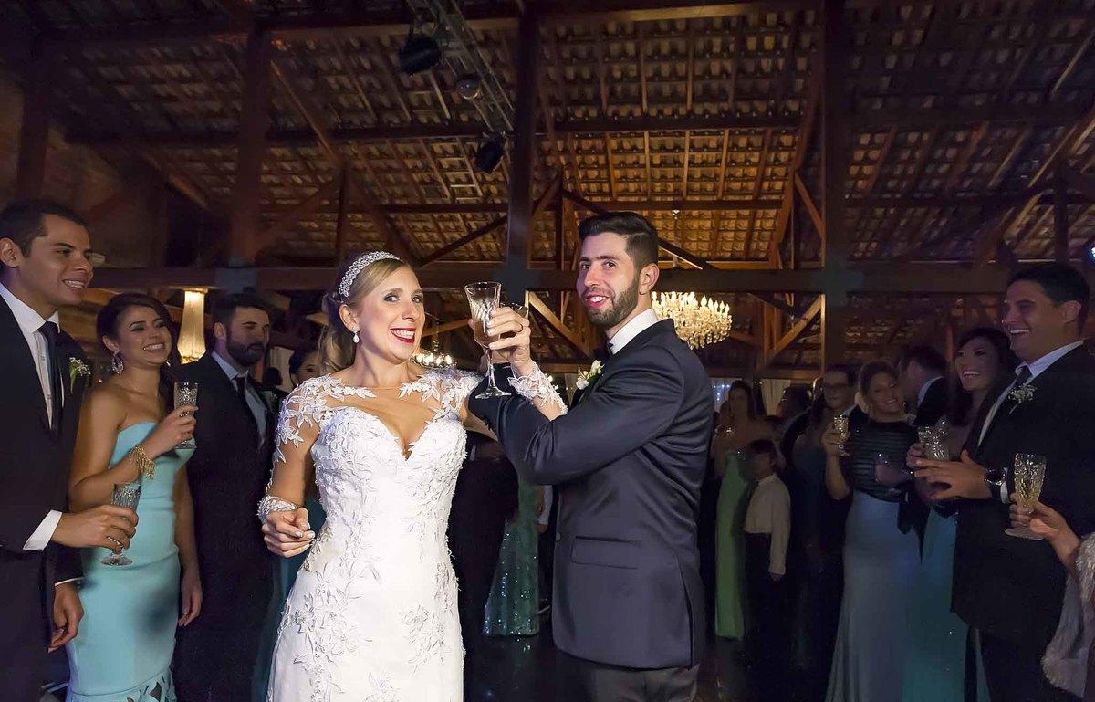 fotografia de casamento no armazém 465 Alphaville, fotografia de casamento em alphaville. noivos com as taças