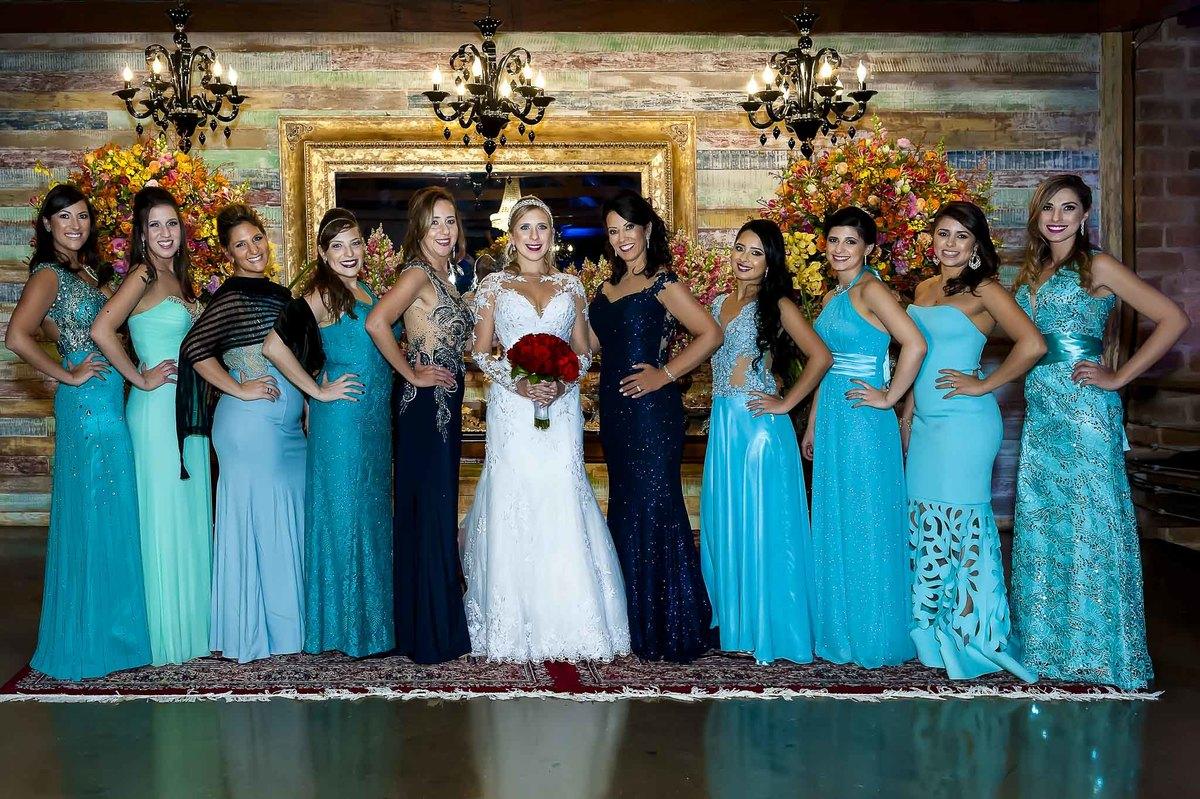 fotografia de casamento no armazém 465 Alphaville, fotografia de casamento em alphaville. noiva com a mãe sogra e madrinhas